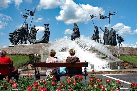 Familie auf Parkbank betrachtet das Nibelungendenkmal in Tulln