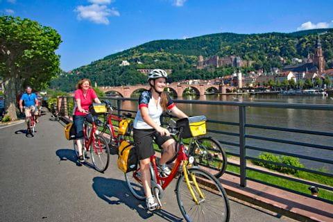 Radler am Neckar bei Heidelberger Altstadt