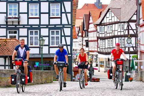 Radfahrer in der Altstadt von Melsungen