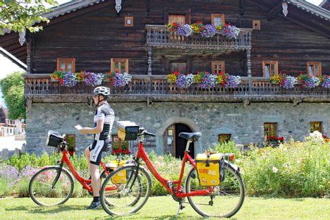Radfahrer vor dem Tauernmuseum