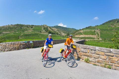 Radfahrer über Wachauer Brücke