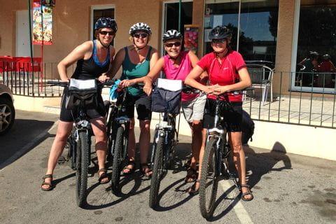 Vier Radfahrerinnen vor Café