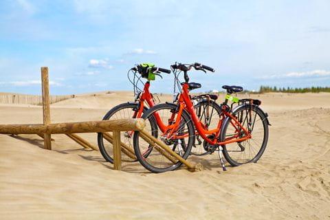 Fahrräder im Sand an der Küste Frankreichs