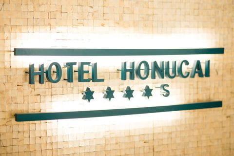 Schriftzug des Hotel Hanucai