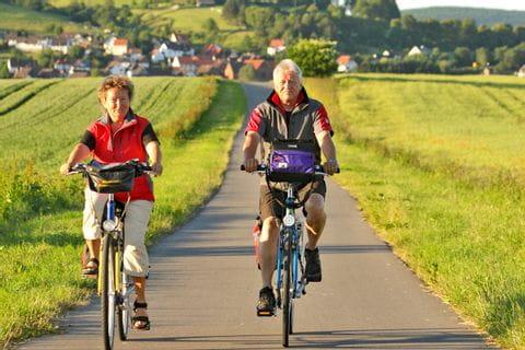 Radfahrer unterwegs am Weser Radweg