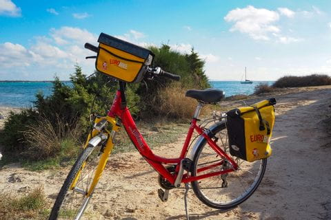 Fahrrad vor dem Naturstrand Es Trenc