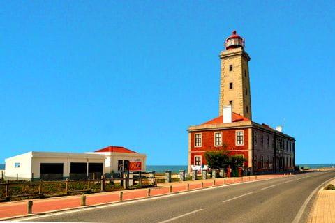 Leuchtturm an der Küstenstraße am Atlantik