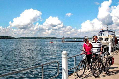 Radfahrer stehen an einer Anlegestelle