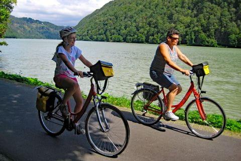 Radfahrer entlang der Donau