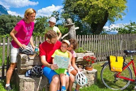 Familie pausiert am Brunnen