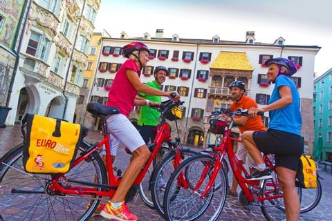 Radfahrer Gruppe vor Goldenem Dachl