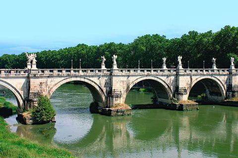Engelsbrücke am Fluss Tiber in Rom