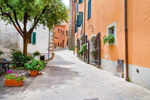 Häuser in toskanischem Dorf an der Radstrecke