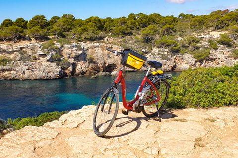 Fahrrad am Aussichtspunkt in Cala Pi