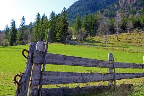 Holzzaun am Radweg in der Nähe vom Schliersee