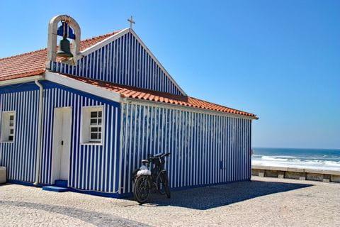 Blaue Fischerkapelle am Meer