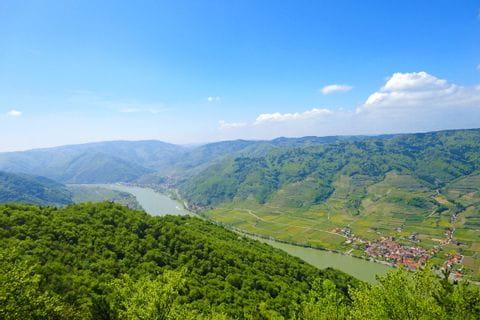 Panoramablick über die unberührte Landschaft in der Wachau