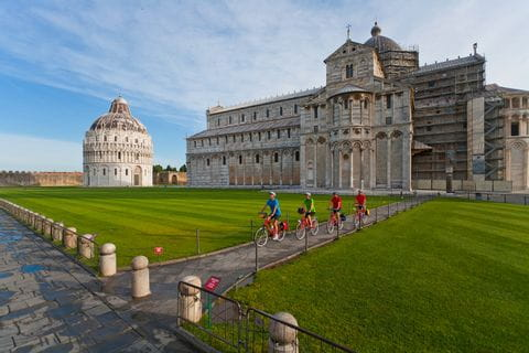 Radgruppe vor dem Dom in Pisa