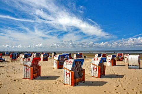 Strandkörbe an einem Strand nahe Hamburg