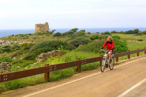 Radfahrer auf Küstenstraße
