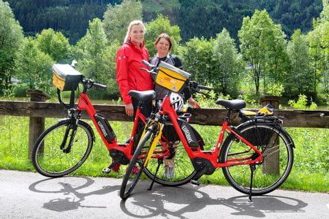 Angeloka und Sabine von Eurobike mit ihren E-Bikes am Mur-Radweg