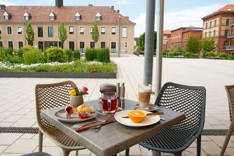 Frühstück im Aussenbereich Hotel Amelie