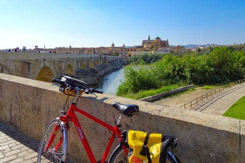 Fahrrad vor römischer Brücke in Cordoba