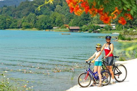 Mutter und Tochter auf Rädern am Ufer des Wörthersees