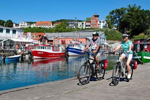 Große Rügentour Radfahrer radeln am Hafen entlang