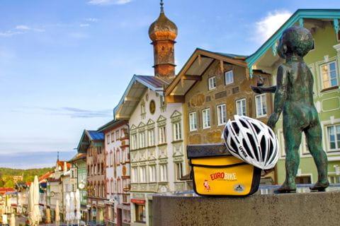 Lenkertasche mit Eurobike Helm platziert in der Fußgängerzone in Bad Tölz