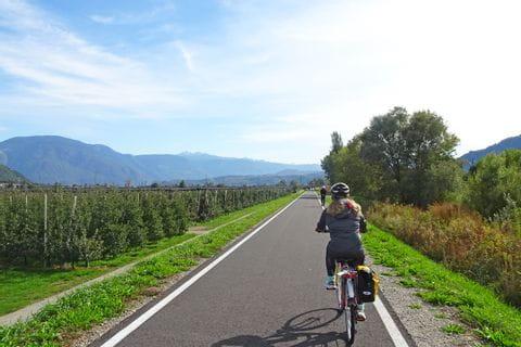 Radfahrer am Radweg in Richtung Bozen