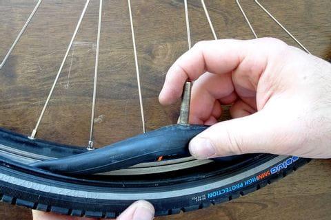 Schlauch aus dem Reifen ziehen