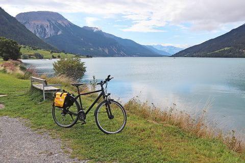 Fahrrad am Ufer des Reschensee's