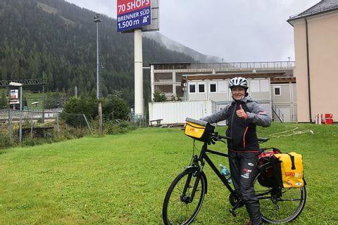 Verena mit Fahrrad am Brenner