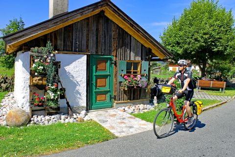 Radfahrer vor Holzhütte