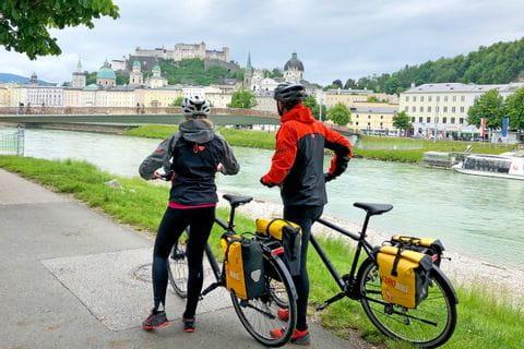 Radler in warmer Kleidung in Salzburg