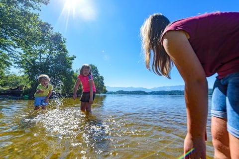 Familie spielt im Wasser
