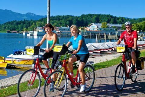 Radfahrer am Chiemsee in Prien