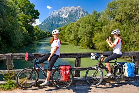Radfahrer machen Fotos auf Brücke