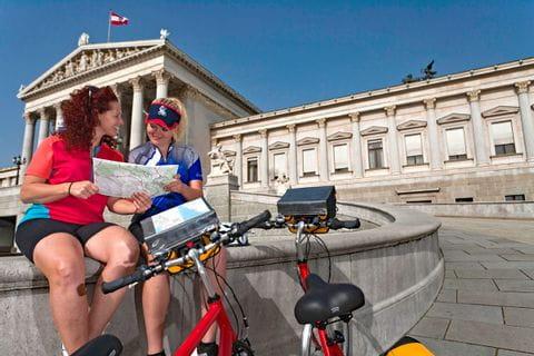 Radfahrerinnen vor Wiener Parlament