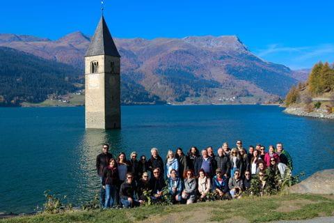Gruppenfoto vorm versunkenen Kirchturm in Grain