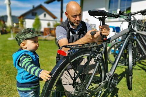 Eurobike Radtechniker David mit Sohn Timo bei der Montage