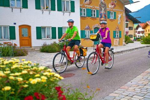 Zwei Radfahrer radeln durch Mittenwald