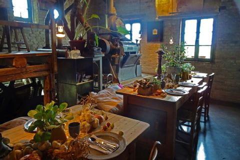 Gemütliches Restaurant mit gedeckten Tischen