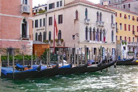Gondeln vor einem Palazzo in Venedig