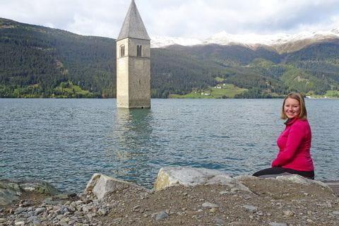 Hannah vor der versunkenen Kirche am Reschensee