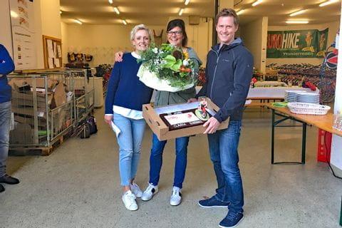 Claudia erhält ein Geschenk von den Eurofun Geschäftsführern