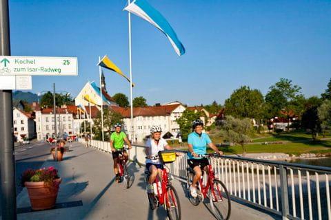 Familie fährt über die Brücke in Bad Tölz