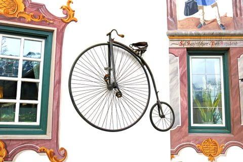 Altes Fahrrad aus dem 18 Jahrhundert als Wanddeko Gasthof Post Wallgau