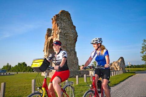 Zwei Radlerinnen vor dem Heidentor